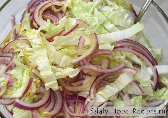 Салат с пекинской капустой и красным луком