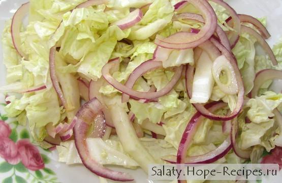 Салат с пекинской капустой и луком