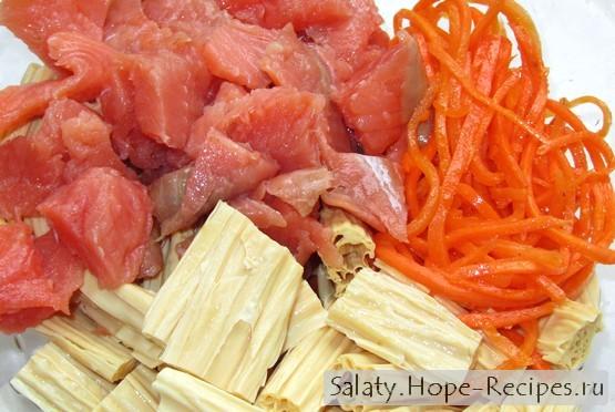 Салат из спаржи с морковью и рыбой