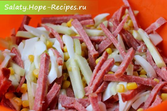 Готовим салат с копченой колбасой и кукурузой на скорую руку