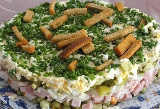 На траве дрова - салат с ветчиной и сухариками
