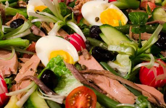 Нисуаз - французский салат с овощами, яйцами и тунцом