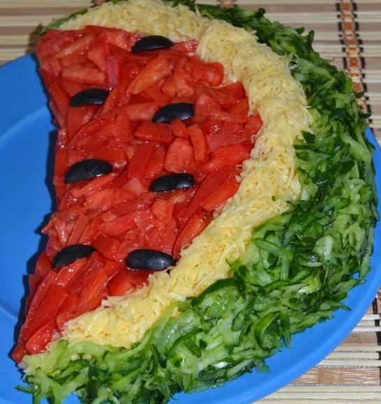 Салат Арбузная долька с курицей и помидорами