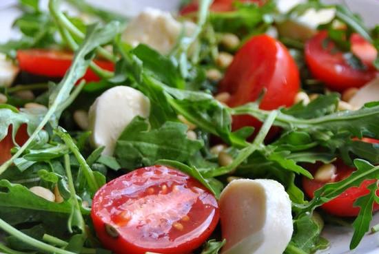 Салат с кедровыми орешками и рукколой