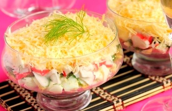 Салат с крабовыми палочками порционный