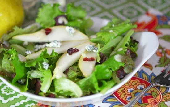 Салат с сыром, грушей и орешками