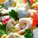 Вкусный салат с кальмарами и креветками