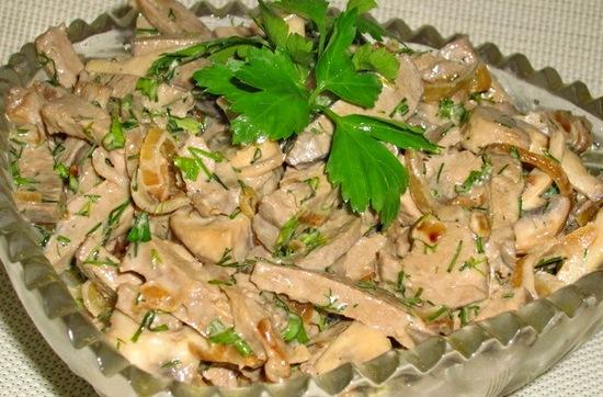 Печеночный салат с яйцами