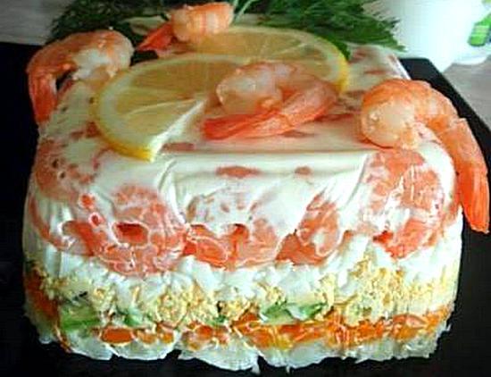 Слоеный салат с креветками и авокадо