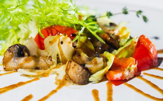 Салат со свежими овощами и жареными шампиньонами