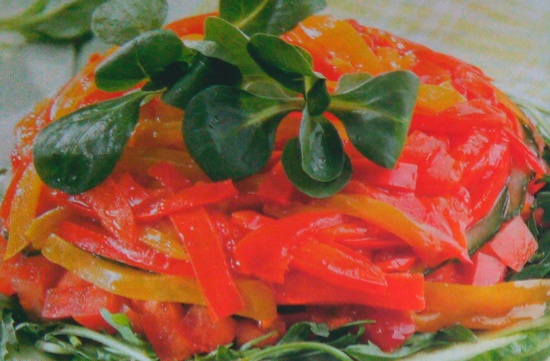 Вкусный салат с жареным перцем и овощами
