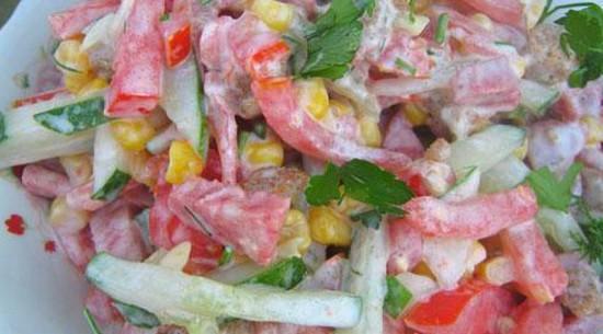 Салат с огурцами помидорами и сухариками