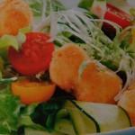 Салат из жареного сыра и овощей