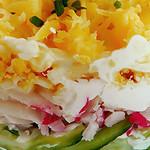 Легкий салат с крабовыми палочками и огурцом