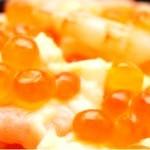 Салат с красной икрой, кальмарами и креветками