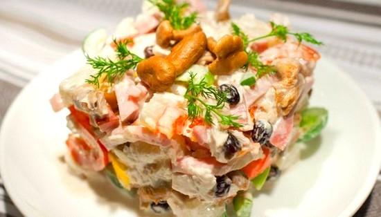 Вкусный салат с курицей и ветчиной
