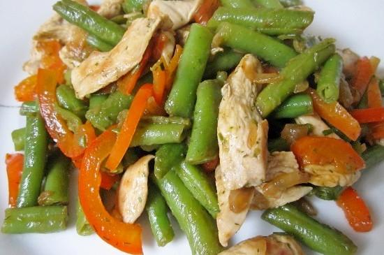 Теплый салат из зеленой фасоли с курицей