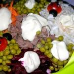 Салат с сухариками и маринованными огурцами рецепт
