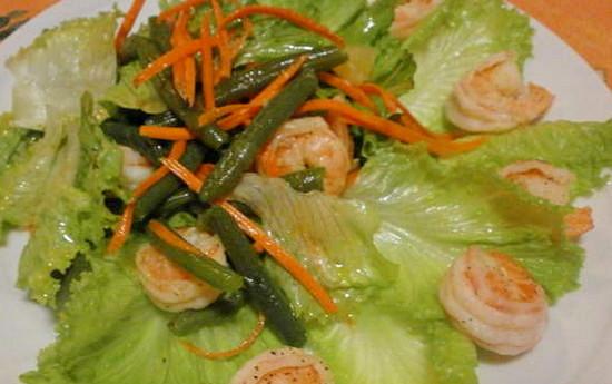 Салат с креветками и зеленой фасолью