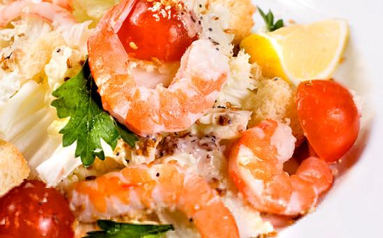 Вкусный салат с королевскими креветками и пекинской капустой