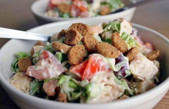 Вкусный салат с курицей сухариками и фасолью