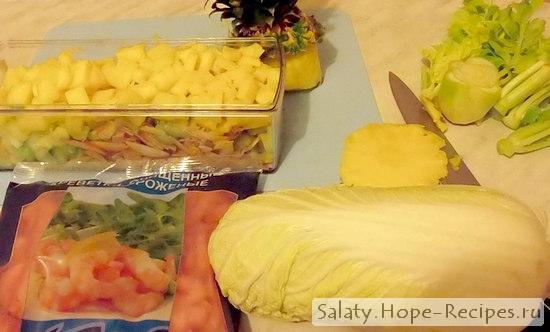 Как приготовить вкусный салат с пекинской капустой, ананасом и креветками