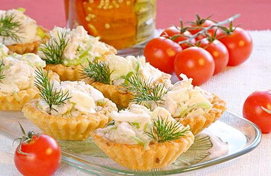 Салат с сыром ананасом и чесноком в тарталетках