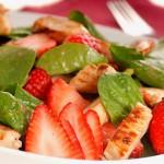 Салат из обжаренной курицы с клубникой