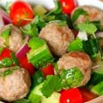 Салат с авокадо и рыбными фрикадельками