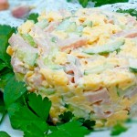 Нежный-салат-с-ветчиной-и-сыром