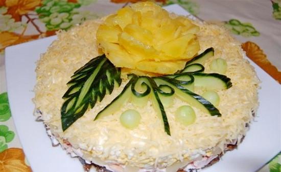 Праздничный салат с курицей ананасом и черносливом