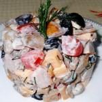 Праздничный салатик с копченой курицей и грибами