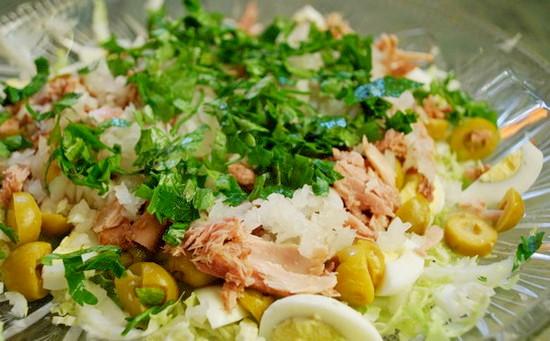 Простой салат из тунца с пекинкой