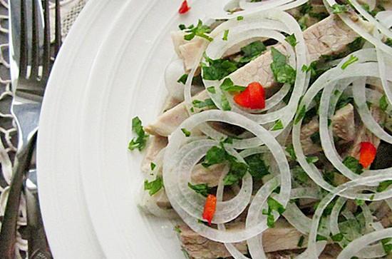 Салат из свинины с луком