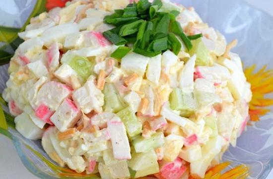 Салат праздничный с крабовыми палочками и сыром