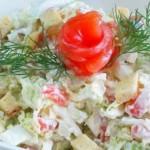 Салат с сухариками и соленой красной рыбой