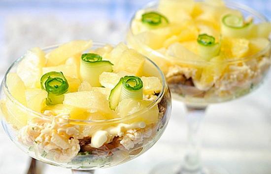 Быстрый салат с копченой курицей и ананасом
