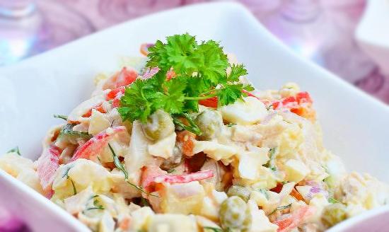 Куриный салат с горошком и помидорами
