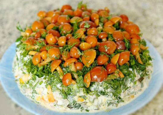 Салат Полянка со свининой и грибами