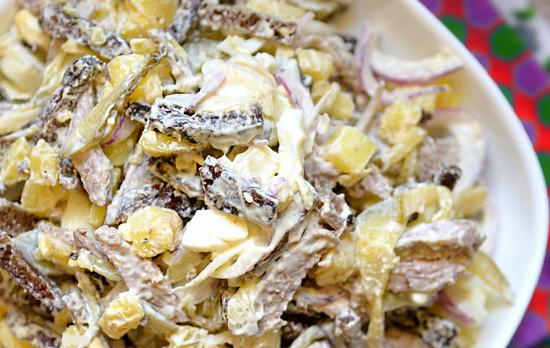 Салат с говядиной, сухариками и сыром