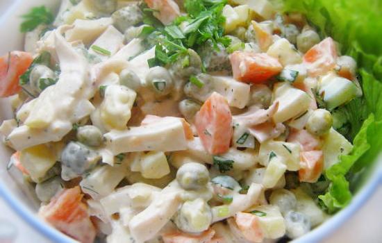 Салат с кальмарами, зеленым горошком и морковью