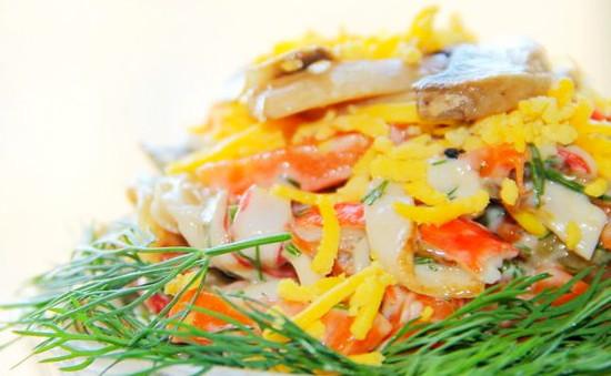 Салат с обжаренными крабовыми палочками