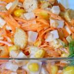 Салат с кукурузой, сухариками и курицей