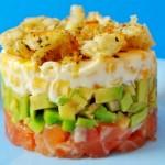Салат с солёной сёмгой, авокадо и сухариками