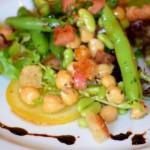 Вегетарианский салат с фасолью и нутом