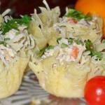 Салат с семгой в сырной корзинке