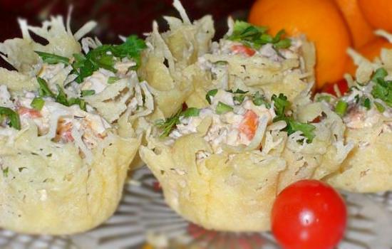 Праздничный салат в сырной корзинке