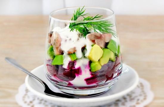 Свекольный салат с сельдью и авокадо