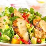 Яркий салат с манго и копченой курицей
