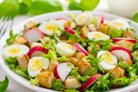 Летний салат с редисом и курицей